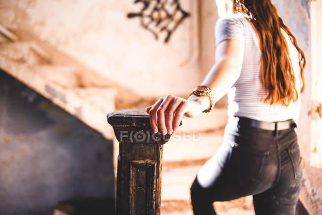 Женщина идет наверх — стоковое фото