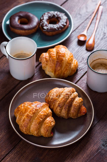 Cups of coffee and fresh croissants — Stock Photo