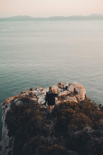 Donna in piedi sul promontorio — Foto stock