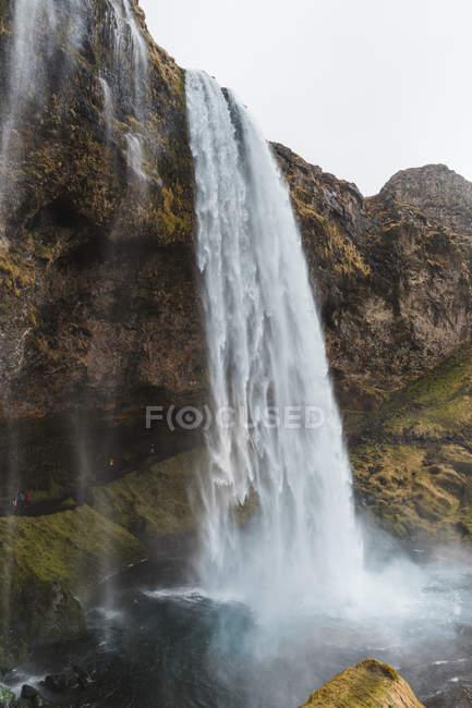 Водопад, брызги от скалы — стоковое фото