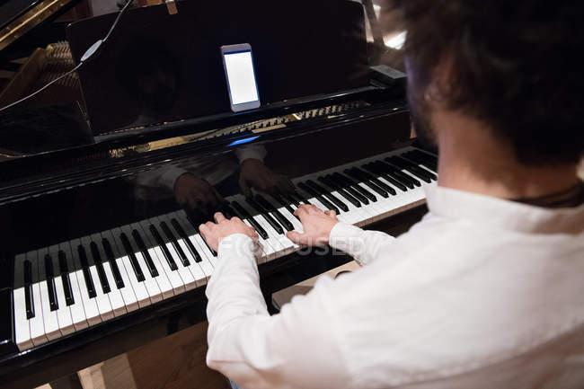 Mann spielt Klavier — Stockfoto