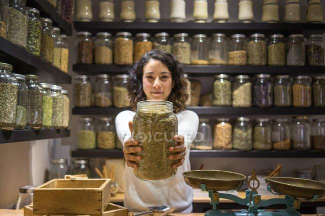 Жінка показ jar пряностей — стокове фото
