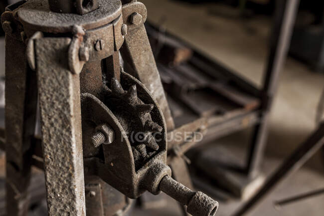 Crop close-up view of power hammer shaping metal in metal casting factory — Stock Photo