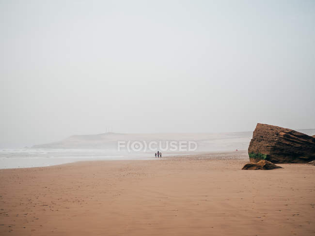 Мандрівники на спокійний піску узбережжя — стокове фото
