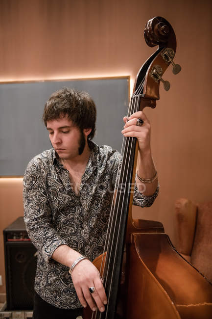 Mann spielt Bass bei Probe — Stockfoto