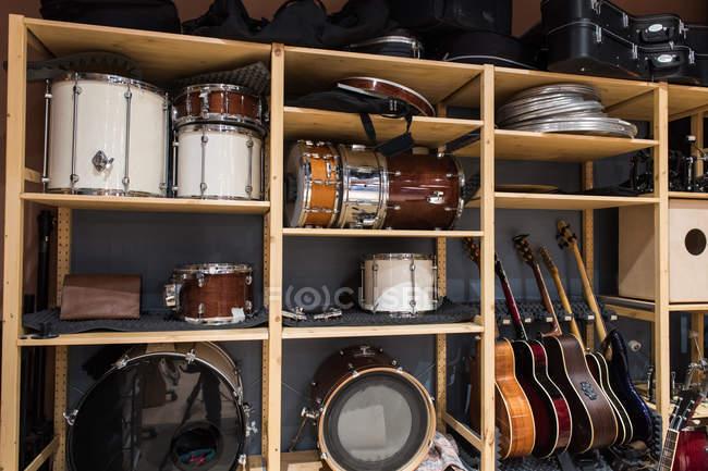 Полка с барабанами и гитарами — стоковое фото