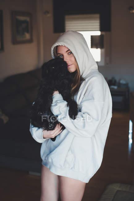 Женщина с чёрной собакой — стоковое фото