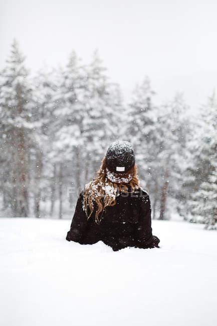 Mujer tumbada sobre la nieve - foto de stock