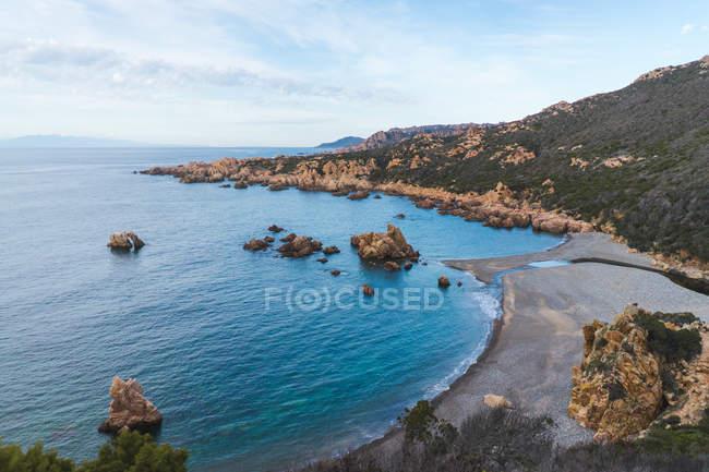 Colline côtière et bleu océan — Photo de stock