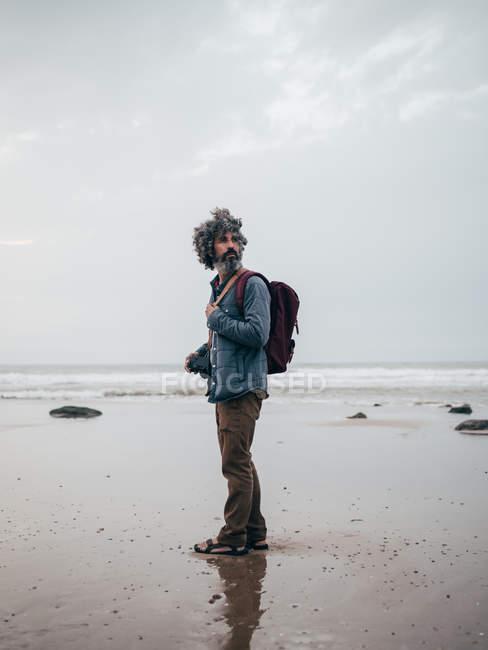 Чоловік, що стоїть на спокійний океану — стокове фото
