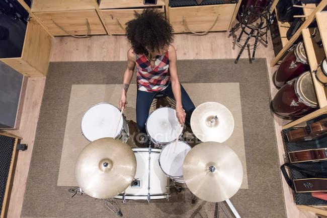 Женщина, играющая на барабанах — стоковое фото