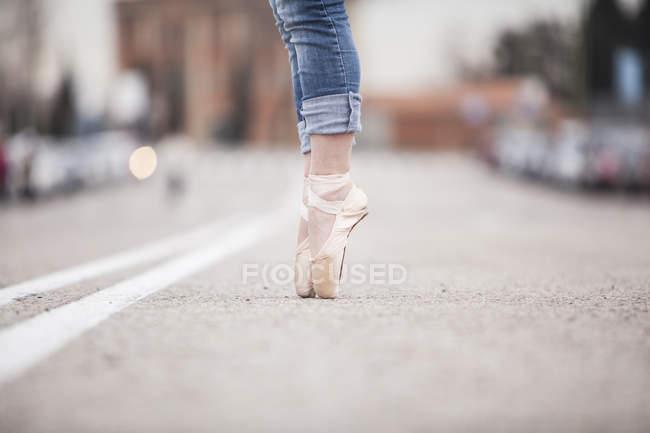 Danseuse debout sur les conseils de ballet — Photo de stock