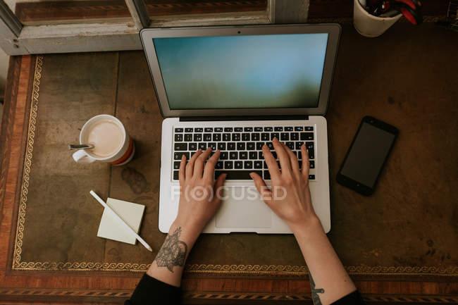 Женские руки печатают на ноутбуке — стоковое фото