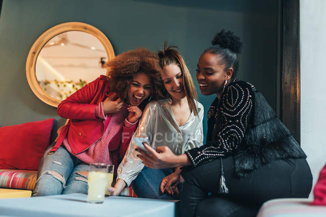 Women sitting in coffee shop — Stock Photo