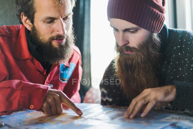 Bärtige Männer auf Karte zeigen — Stockfoto