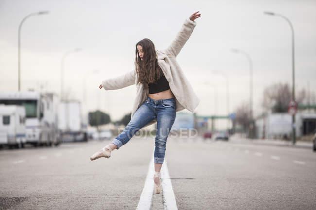 Tänzerin tanzt auf einem Bein — Stockfoto