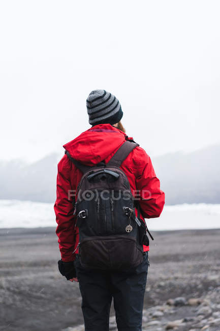 Man standing in mountains — Stock Photo