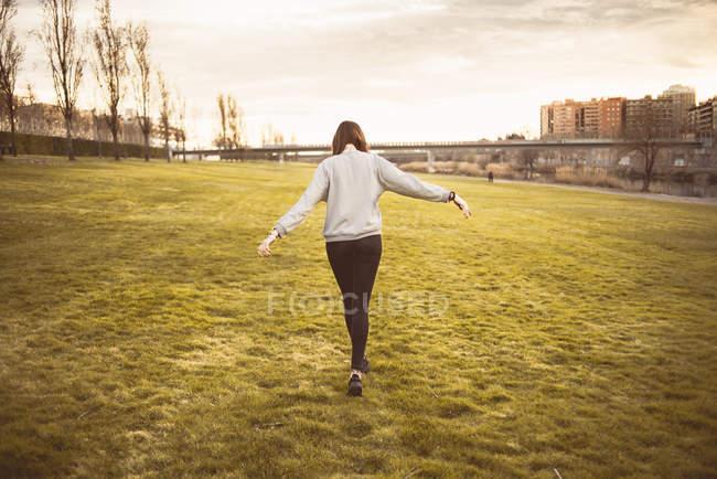 Frau gehen auf Gras — Stockfoto