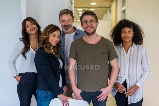 Команда уверенно многорасовых бизнес — стоковое фото