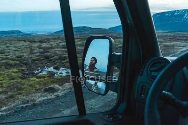 Відображення бородатого мужчини – дзеркало заднього виду — стокове фото