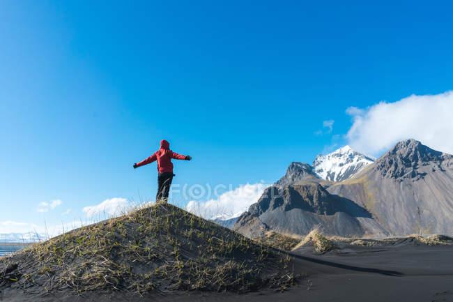 Mann stehend auf Hügel und Berge zu betrachten — Stockfoto