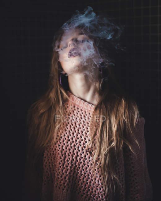 Чувственная женщина курит — стоковое фото