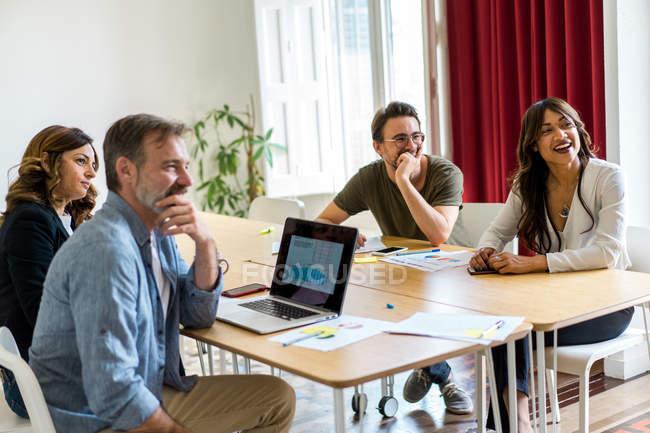 Pessoas ouvindo o discurso no escritório — Fotografia de Stock