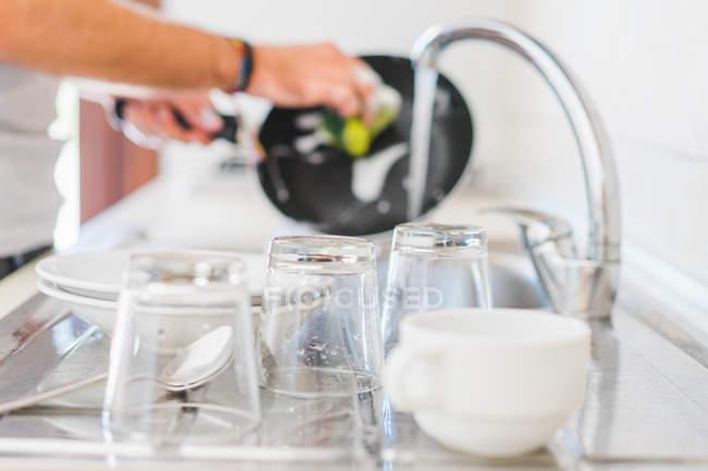 Utensilio de cocina listo para lavar - foto de stock