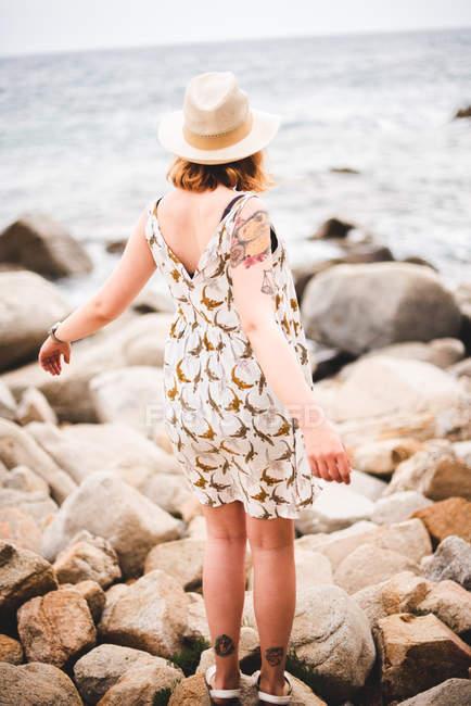 Frau am Meer — Stockfoto