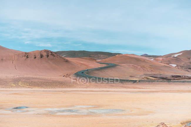 Les plaines arides et montagnes avec le chemin — Photo de stock