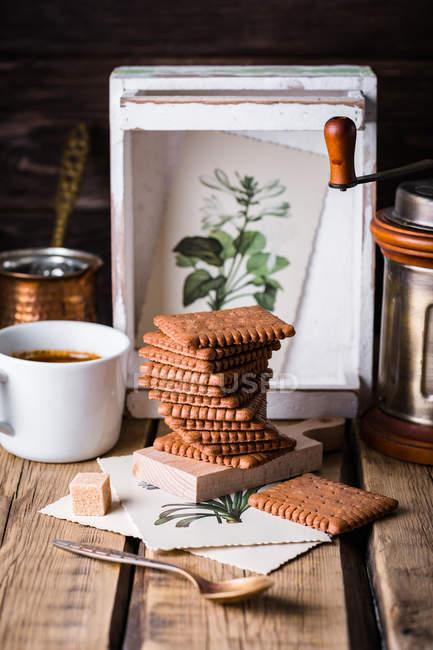 Pila de galletas en la mesa - foto de stock