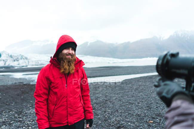 Photographe prenant une photo de l'homme dans les montagnes — Photo de stock
