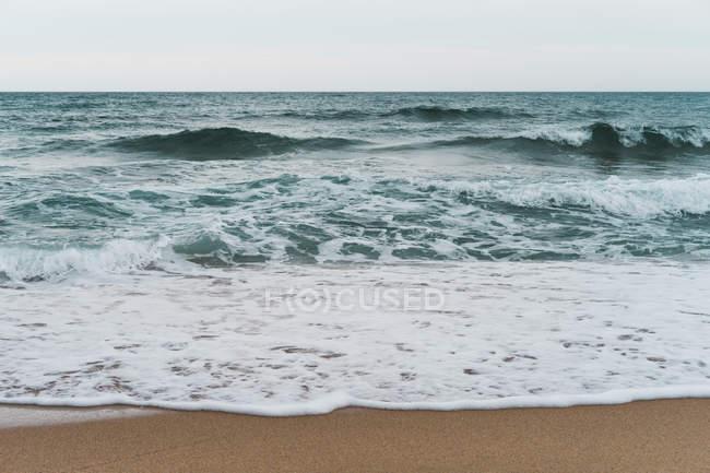 Welliges blaues Meer und Brandung — Stockfoto