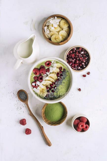 Bol de smoothie sain pour le petit déjeuner — Photo de stock