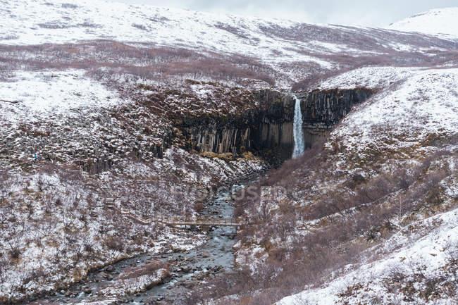 Flusso e pittoresca cascata — Foto stock
