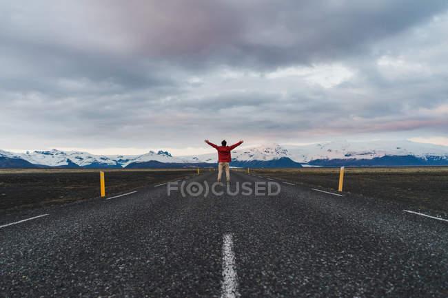 Человек бежит по живописной дороге — стоковое фото