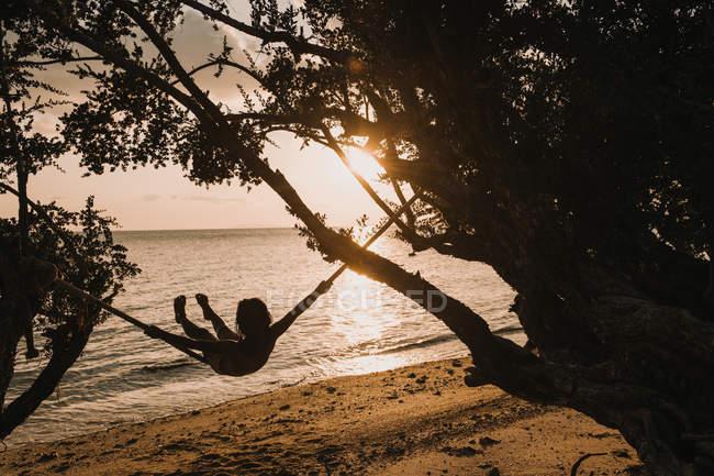 Жінка лежав на гамаку на морі — стокове фото