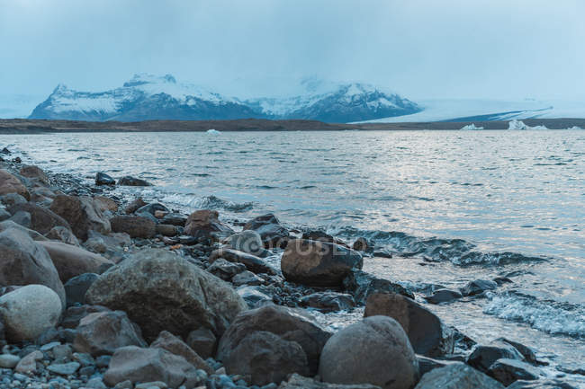 Lago de montanha e Costão rochoso — Fotografia de Stock