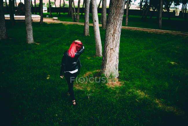 Стильная женщина, ходить на траве — стоковое фото