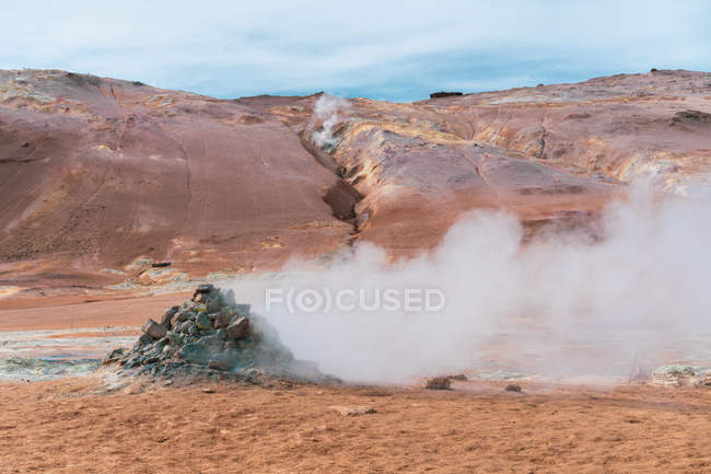 Bassins d'eau chaude fumantes avec boue et le soufre — Photo de stock