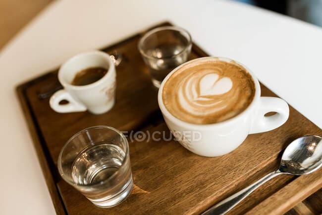 З - над горняток кави і круасанту подається на столі.. — стокове фото