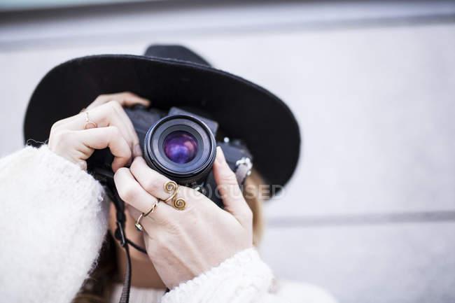 Женщина фокусируется с камерой — стоковое фото