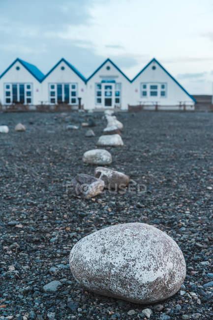 Piccole case bianche su terreno sassoso — Foto stock