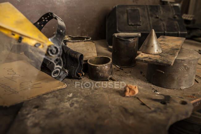 Вид зверху людини руки беруть інструмент з відкритої коробки з дерев'яним столом з joiner інструменти — стокове фото