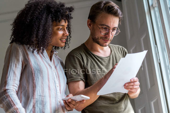 Man and woman discussing document — Stock Photo