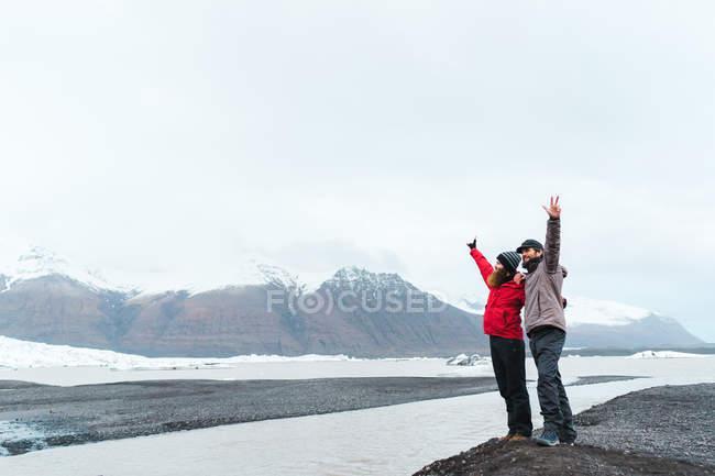 Мужчины, стоя в горный ландшафт — стоковое фото