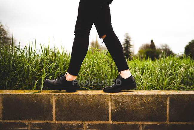 Жінка вигулює на стіні — стокове фото