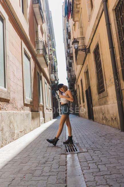 Donna funky a piedi su strada asfaltata — Foto stock