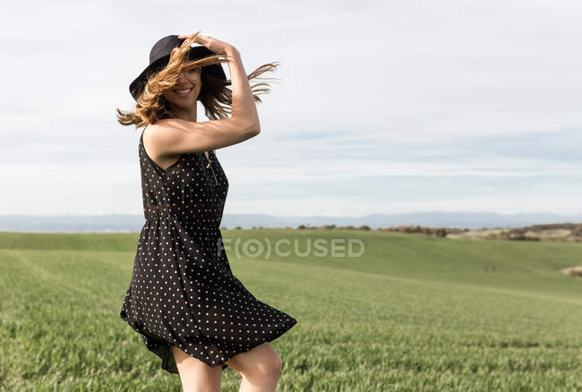 Woman spinning around in field — Stock Photo
