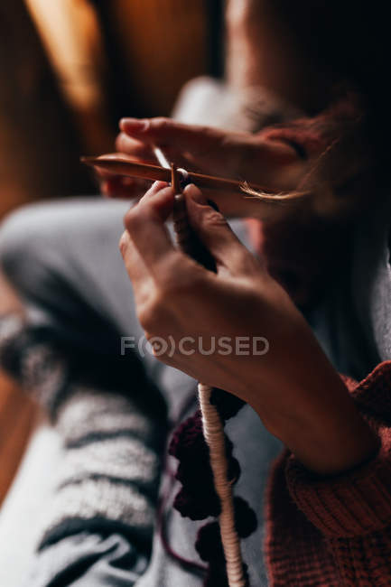 Woman sitting and knitting — Stock Photo